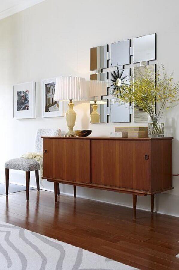 Decoração de sala com aparador de madeira e espelho de parede