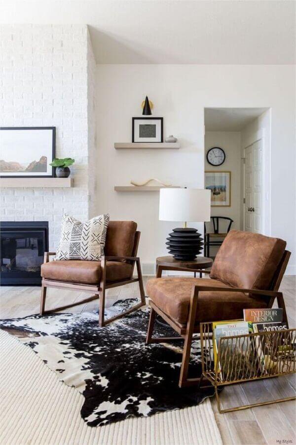 decoração de sala com lareira e poltronas decorativas marrom  Foto Etsy