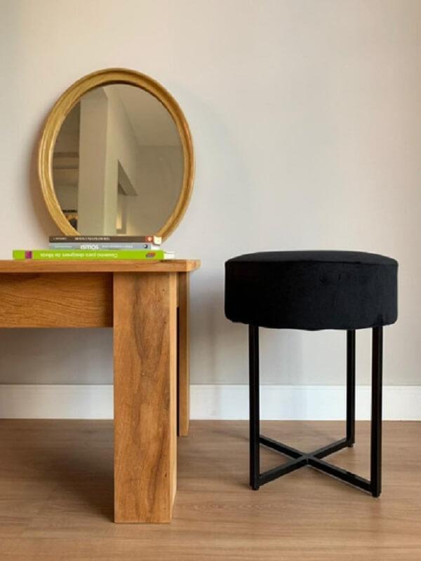 decoração de sala com mesa de madeira e puff banqueta preto moderno  Foto Pinterest