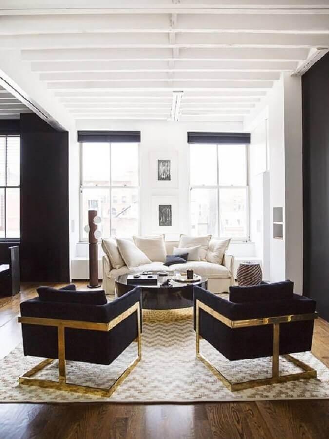 Decoração de sala com poltrona preta sofisticada com detalhe dourado