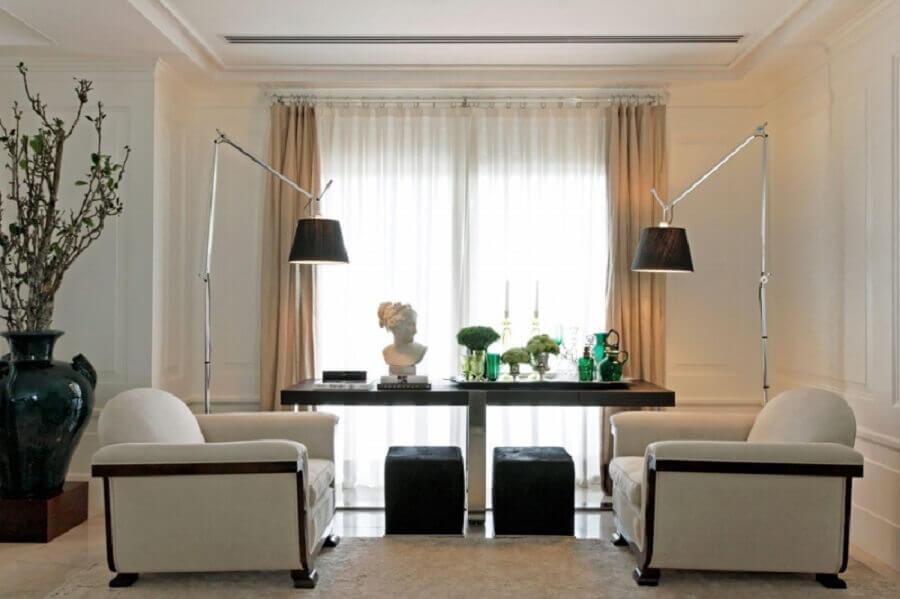 decoração de sala com poltronas brancas e puff preto quadrado Foto Roberto Migotto