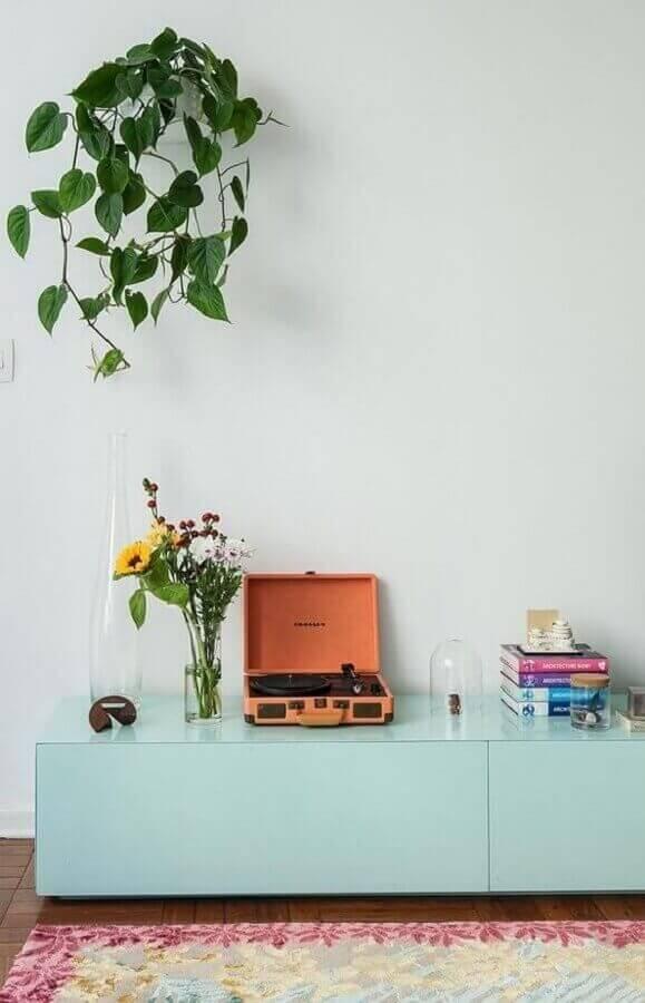 Decoração de sala com rack na cor verde pastel