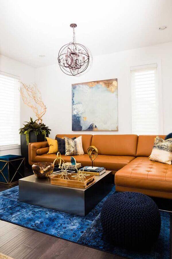 decoração de sala com sofá de couro marrom e puff preto de crochê Foto Histórias de Casa
