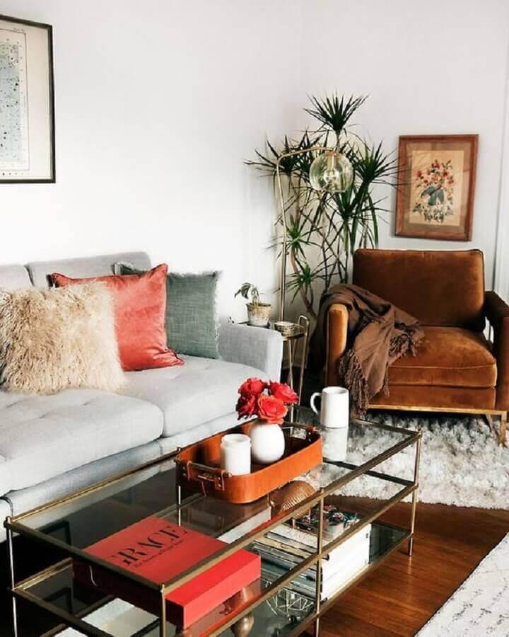 decoração de sala de estar com mesa de centro de vidro e poltrona marrom Foto Apartment Therapy