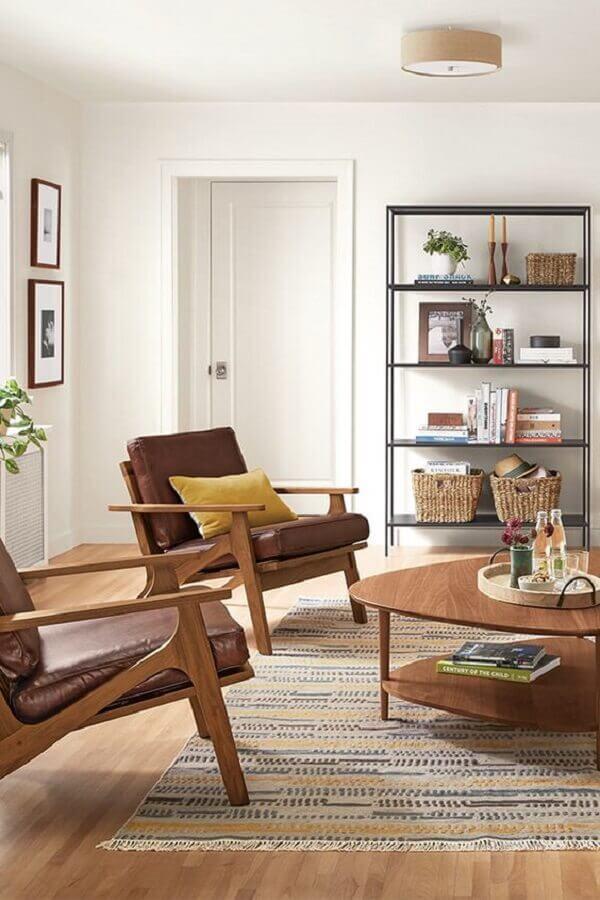 decoração de sala de estar com poltrona marrom de madeira Foto Room & Board