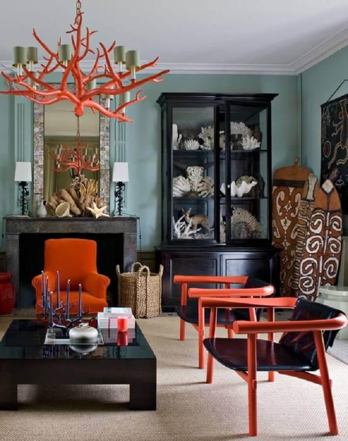 Decoração de sala de estar com poltrona preta com estrutura colorida