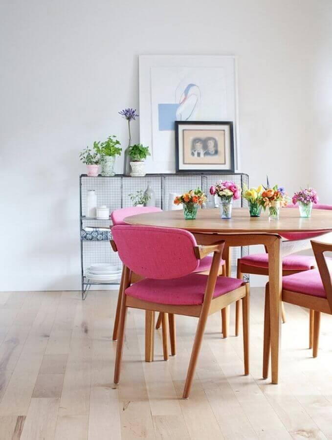 decoração de sala de jantar branca com cadeira acolchoada cor de rosa Foto Antic&Chic