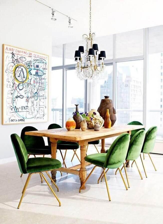 decoração de sala de jantar branca com cadeira acolchoada verde para mesa de madeira rústica  Foto Homedit