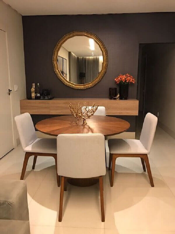 Decoração de sala de jantar com espelho e aparador suspenso de madeira
