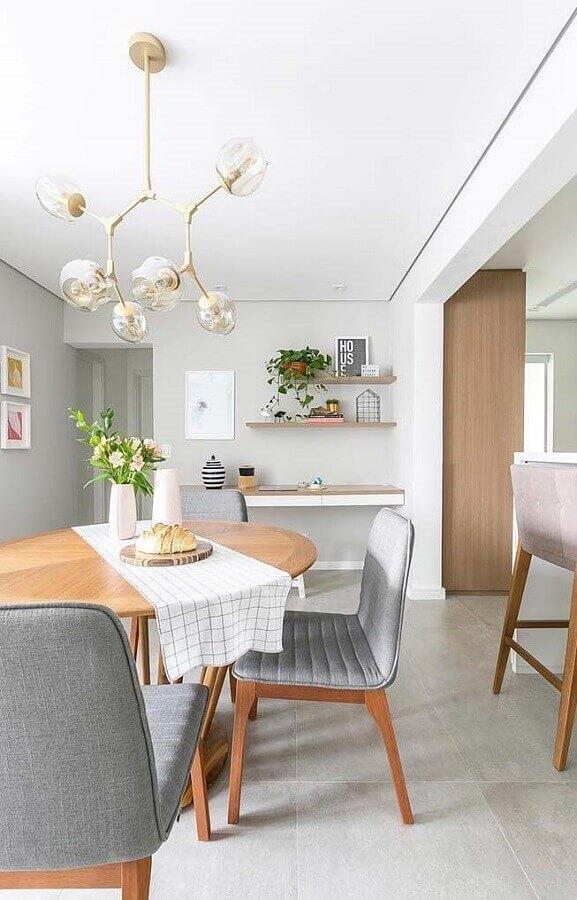 decoração de sala de jantar com luminária moderna e cadeira acolchoada cinza Foto Houzz