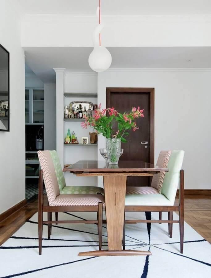decoração de sala de jantar com mesa de madeira e cadeira acolchoada Foto Dcore Você