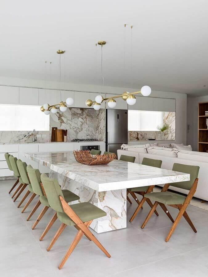 decoração de sala de jantar sofisticada com mesa de mármore e cadeira acolchoada verde musgo Foto Casa de Valentina