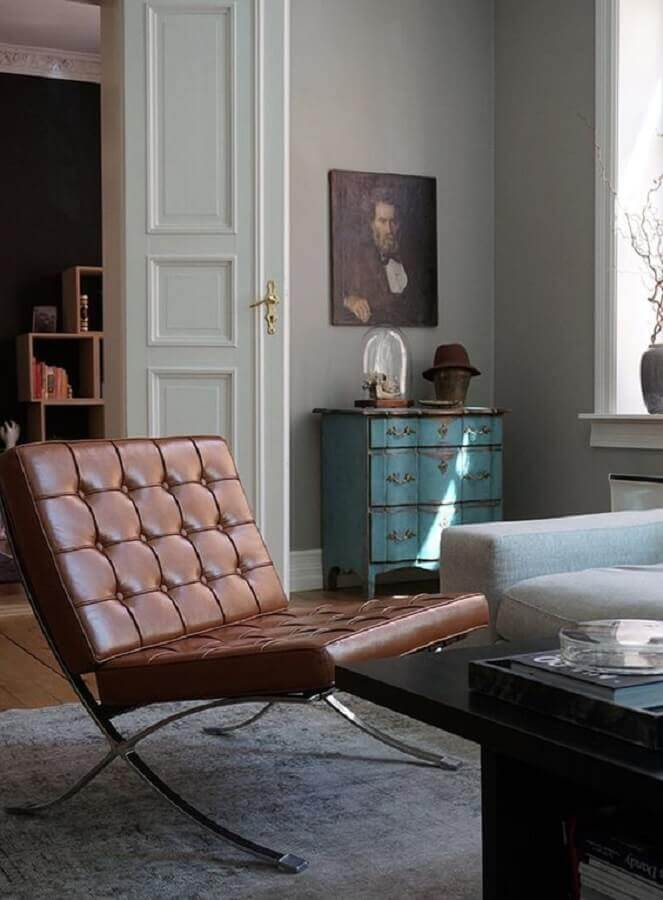 decoração de sala simples com poltrona marrom sem braço  Foto Casa de Valentina