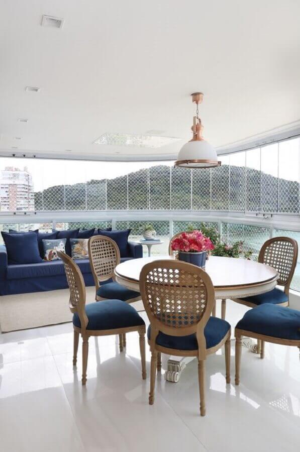 decoração de varanda com mesa e cadeira acolchoada clássica  Foto Studio Carina Fontes