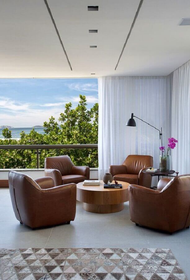 decoração de varanda com poltrona marrom de couro Foto Casa de Valentina