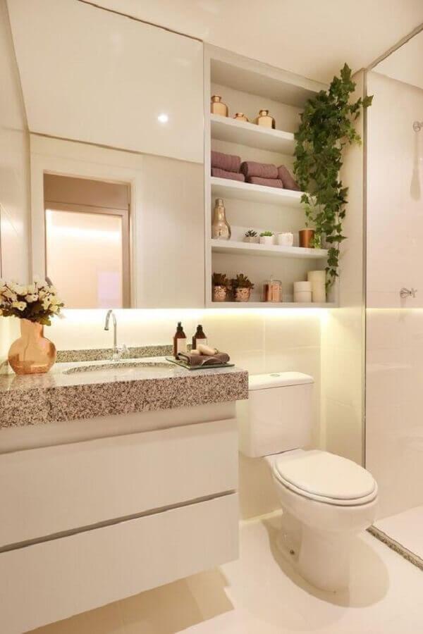 Decoração em cores claras com espelheira para banheiro com prateleira