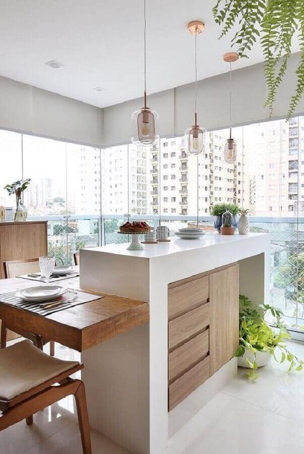 decoração em cores claras com pendente de vidro para área de vidro