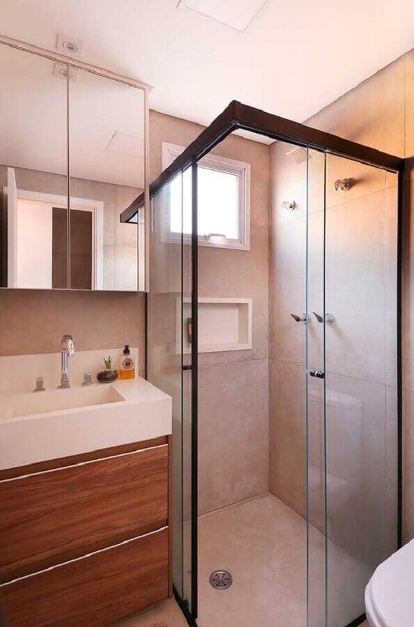 Decoração em cores neutras com armário pequeno de banheiro em madeira