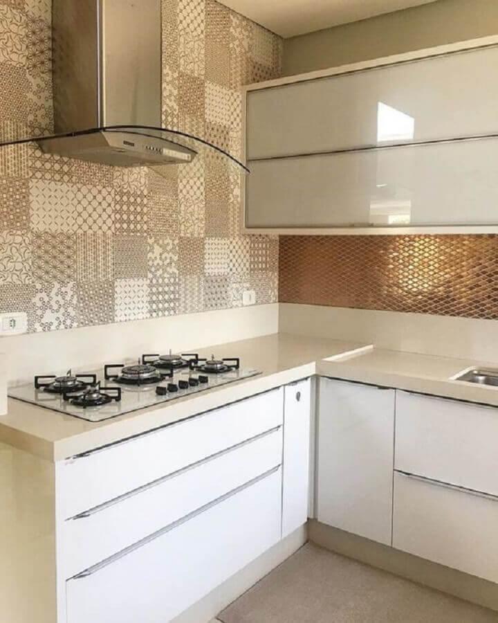 Decoração em cores neutras com azulejo de cozinha estampado bege