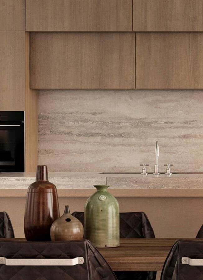 Decoração em cores neutras com bancada de mármore para cozinha amadeirada