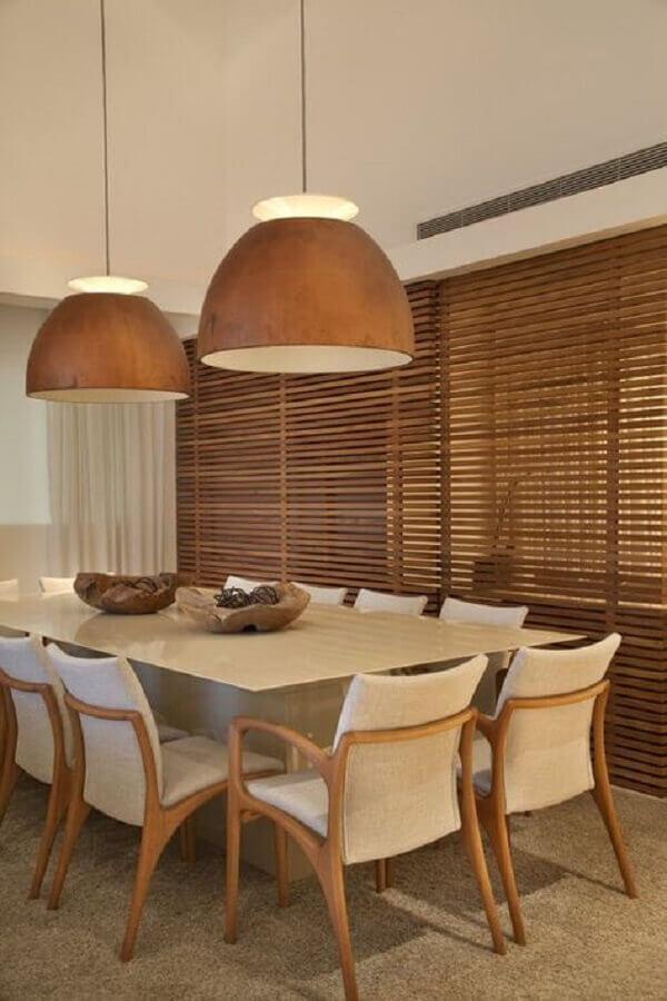 decoração em cores neutras com luminária de madeira e cadeiras acolchoadas para mesa de jantar Foto Archilovers