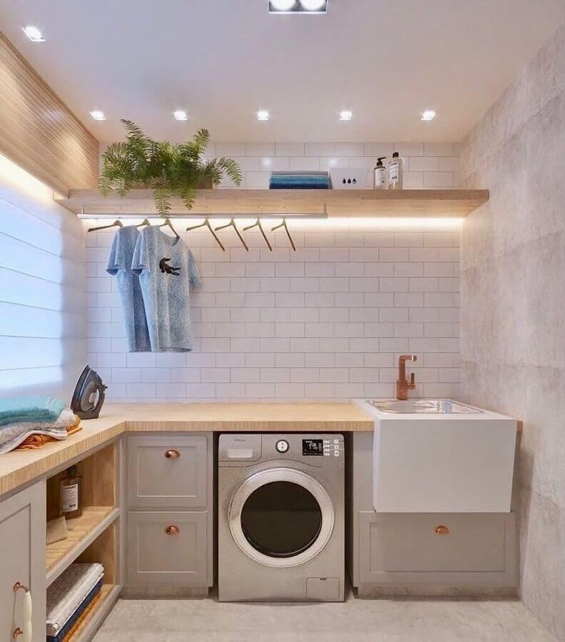 Decoração em cores neutras com prateleira de madeira para lavanderia planejada em L