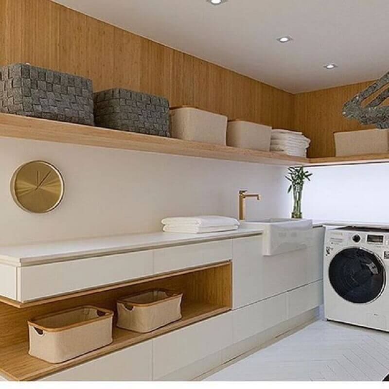 Decoração em cores neutras com prateleira de parede para lavanderia planejada com detalhes em madeira
