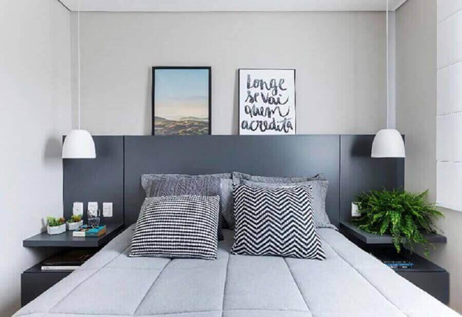 Decoração em tons de cinza com almofadas para quarto de casal