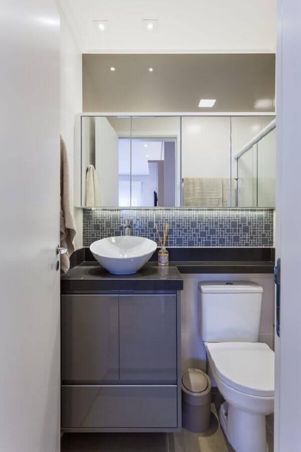 Decoração em tons de cinza com armário pequeno de banheiro