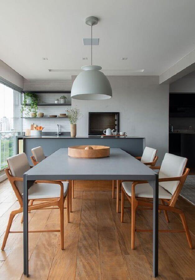 decoração em tons de cinza com lustre pendente para área gourmet moderna