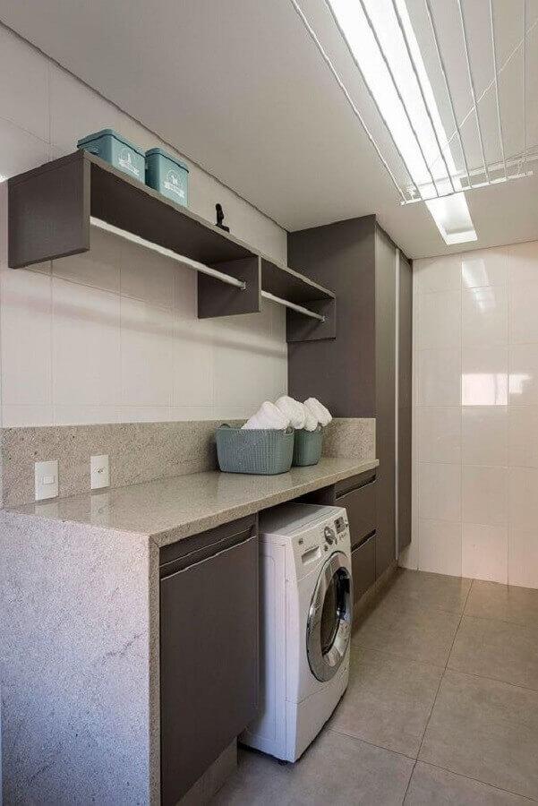 Decoração em tons de cinza com prateleira para lavanderia com cabideiro