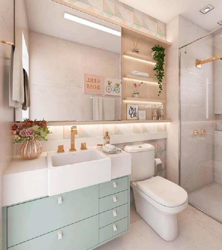 Decoração em tons pastéis com espelheira para banheiro com prateleira