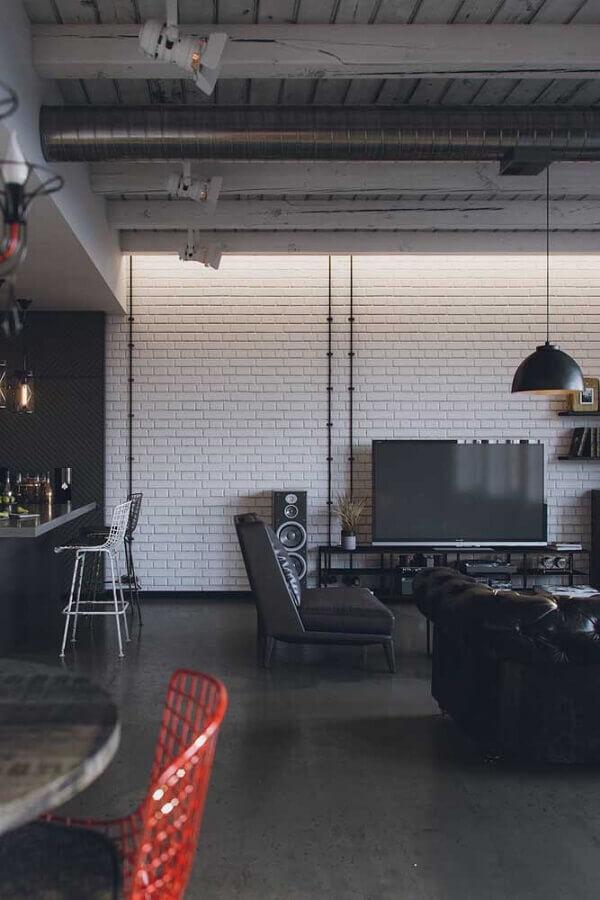 Decoração estilo industrial para sala com poltrona preta