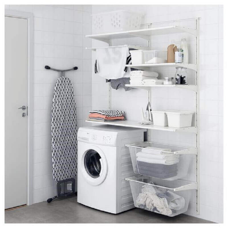 Lavanderia com prateleiras brancas