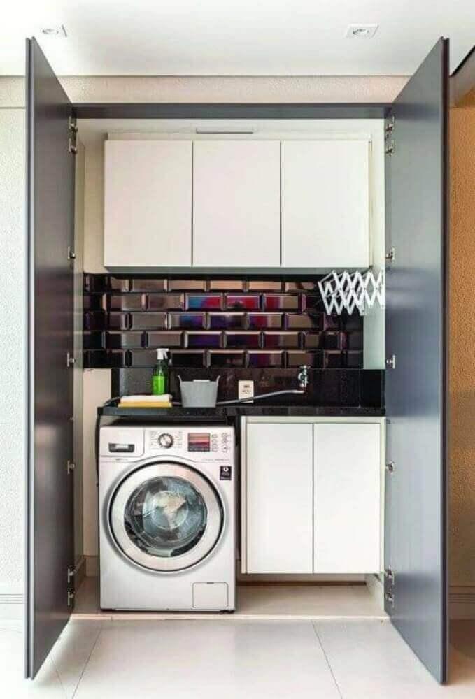 Decoração de lavanderia simples com armários brancos