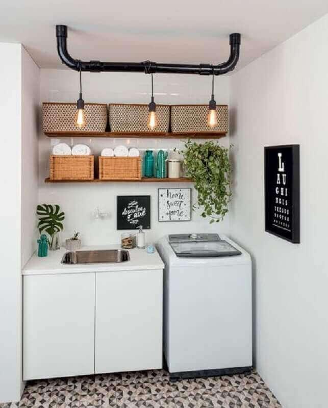 Decoração de lavanderia com prateleiras de madeira e luminárias
