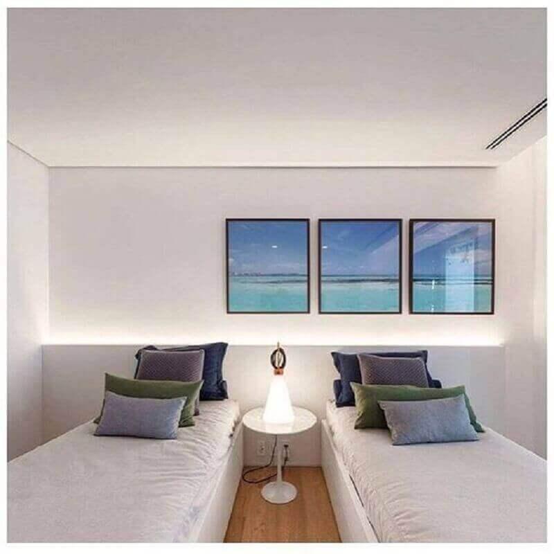 Decoração minimalista com almofadas para quarto de solteiro todo branco