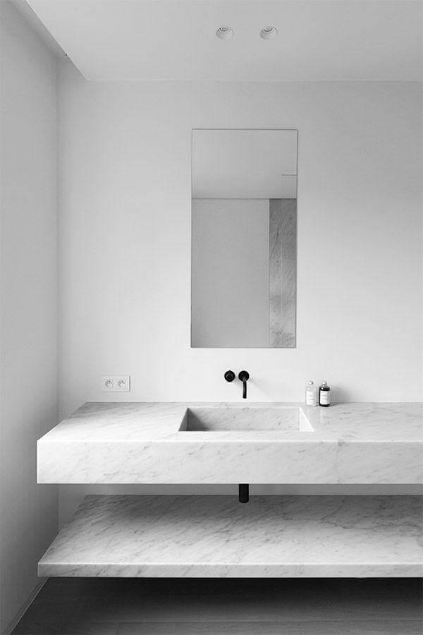 Decoração minimalista com bancada de mármore para banheiro branco