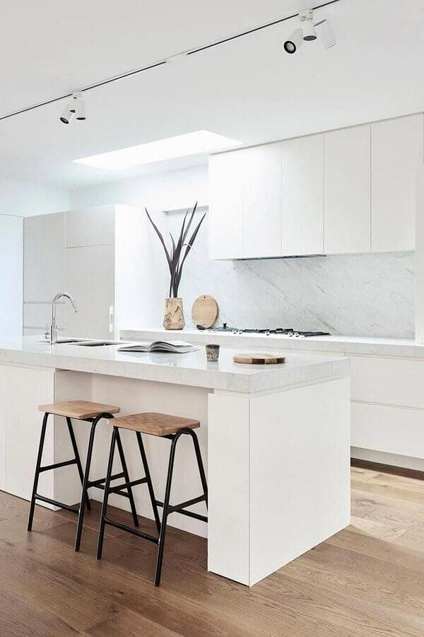 Decoração minimalista com banquetas para bancada de cozinha branca planejada com ilha
