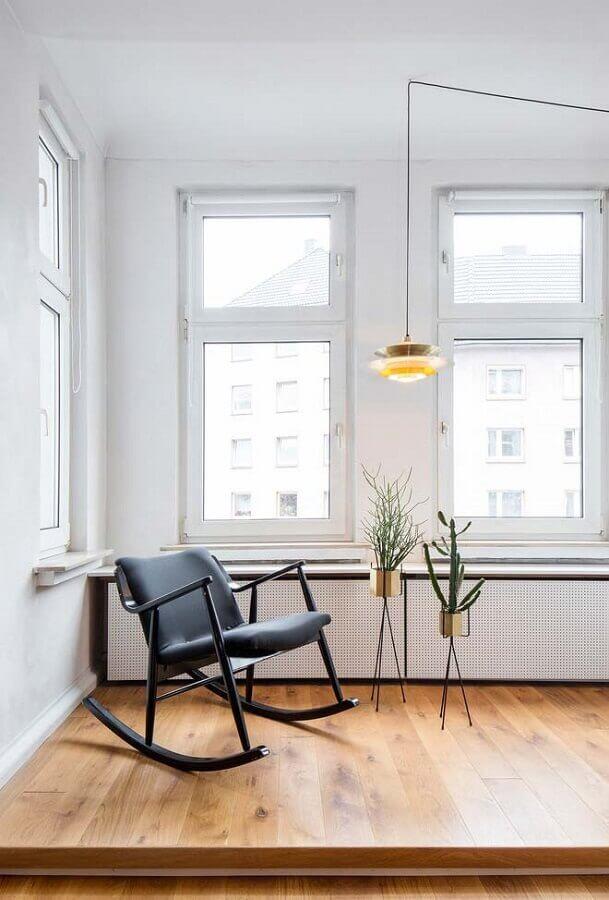 decoração minimalista com cadeira de balanço acolchoada Foto Jeito de Casa