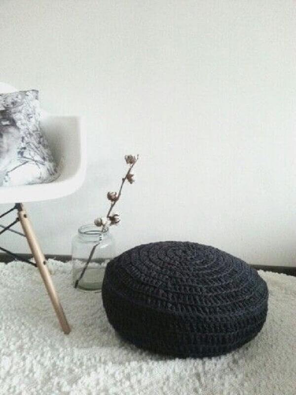 decoração minimalista com puff preto redondo de crochê Foto Decofilia