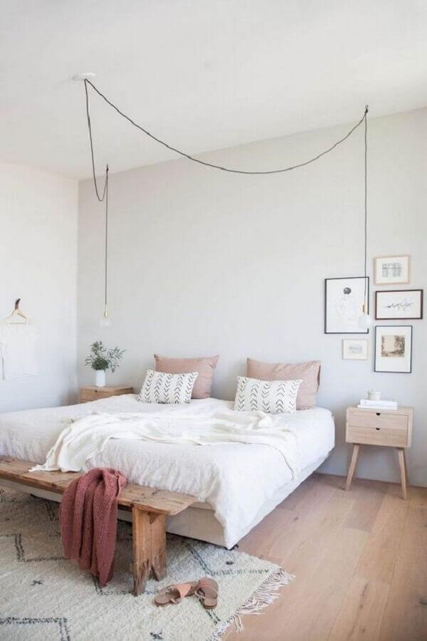 Decoração minimalista para quarto de casal simples e bonito com banco de madeira e criado mudo retro