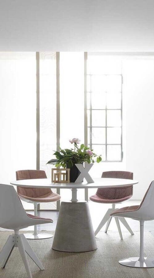 decoração minimalista para sala de jantar toda branca com cadeira acolchoada Foto Home Fashion Trend
