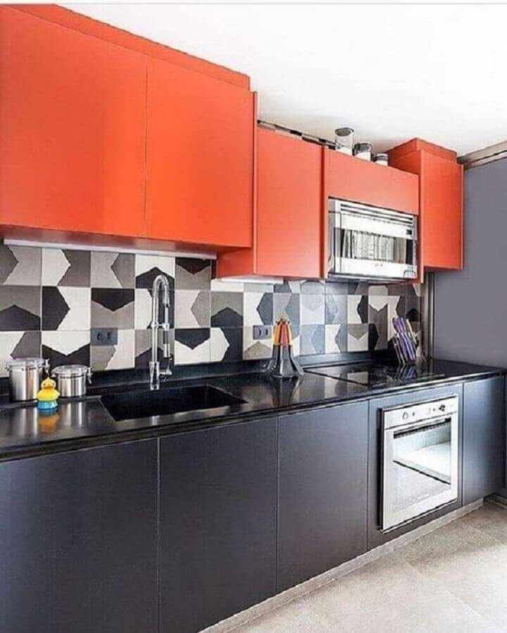 decoração moderna com armário aéreo laranja para cozinha preta Foto Jeito de Casa