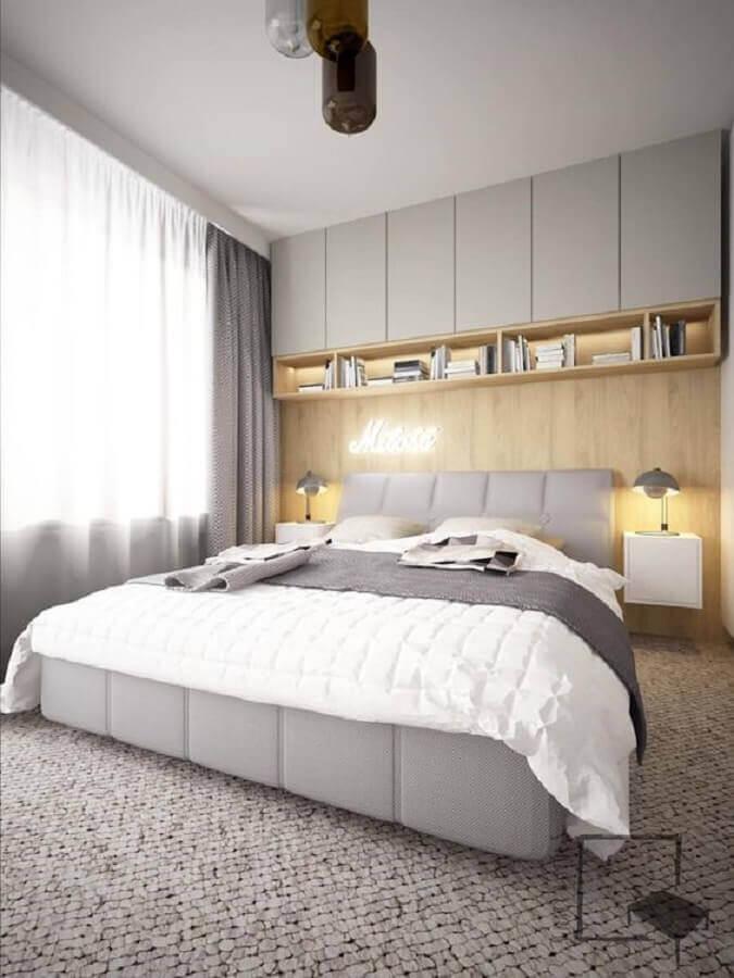 decoração moderna com armário aéreo para quarto de casal cinza claro com parede amadeirada Foto Homify