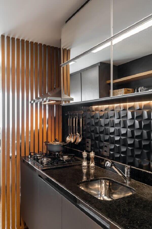 Decoração moderna com armário espelhado e azulejo de cozinha 3D preto