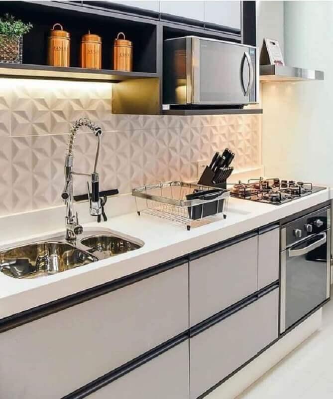 Decoração moderna com armários planejados e azulejo de cozinha 3D branco