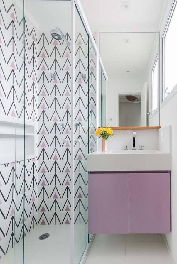 Decoração moderna com armario de banheiro pequeno lilás e branco