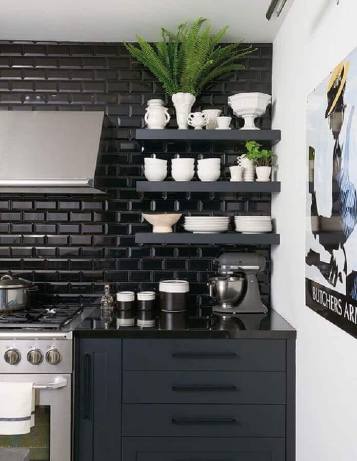Decoração moderna com azulejo de cozinha preto e armários planejados