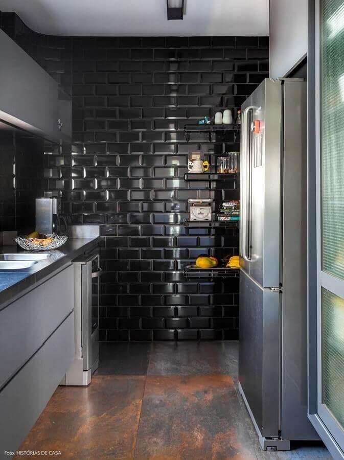 Decoração moderna com azulejo de cozinha preto e armários planejados cinza
